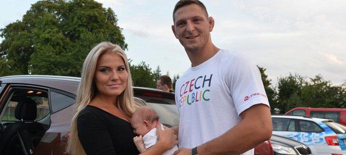 Lukáš Krpálek s manželkou Evou a synem Antonínem