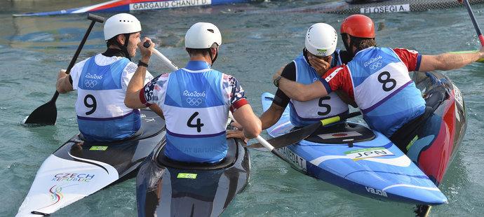 Soupeři gratulují japonskému kanoistovi Takuyovi Hanedovi, který se po bronzovém úspěchu na olympiádě rozbrečel. Úplně vlevo Vítězslav Gebas.