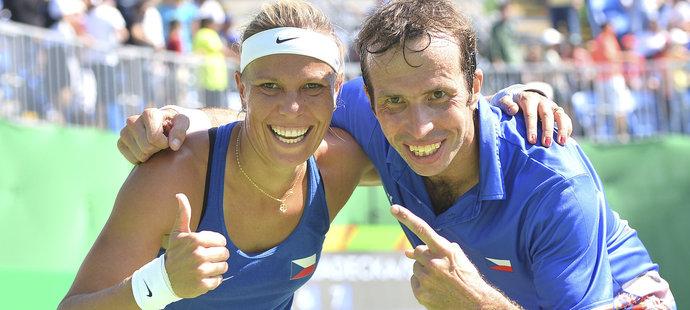 Čeští tenisté Lucie Hradecká a Radek Štěpánek po zisku třetího místa v mixu na olympiádě v Riu