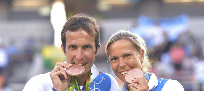 Radost z bronzové medaile v Riu v podání českých tenistů Radka Štěpánka a Lucie Hradecké