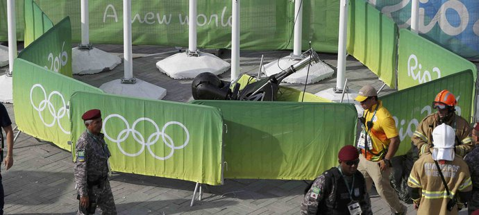 Speciální kamera, která se vznášela nad Olympijským parkem, spadla a zranila několik lidí