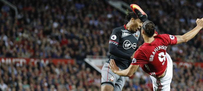 Zlatan Ibrahimovic zakončuje v akrobatické pozici v zápase Manchesteru United proti Southamptonu