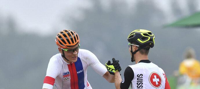 Stříbrný Jaroslav Kulhavý se zdraví s vítězným Nino Schurterem v cíli olympijského závodu na horských kolech