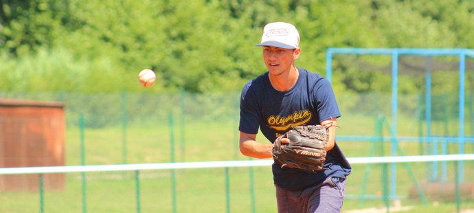Devatenáctiletý David Farkaš zvládá jednou rukou odpalovat a v obraně chytat míče do rukavice