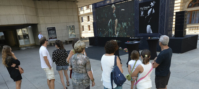 Veřejnost si u Národního divadla připomíná památku Věry Čáslavské