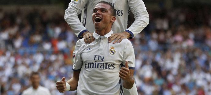Obránce Realu Madrid Pepe s Álvarem Moratou