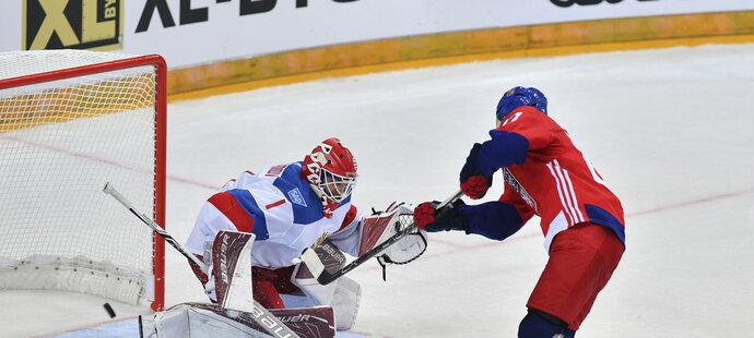 Aleš Hemský v nájezdech překonává ruského brankáře Semjona Varlamova a rozhoduje o české výhře