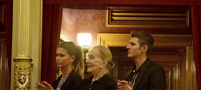 Potleskem ve stoje se s Věrou Čáslavskou v Národním divadle loučila další velká žena, operní pěvkyně Soňa Červená, vpravo Jaroslav Kulhavý