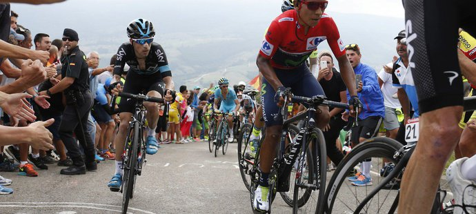 Leopold König (vlevo) v jedné z horských etap Vuelty stíhá pozdějšího vítěze Naira Quintanu