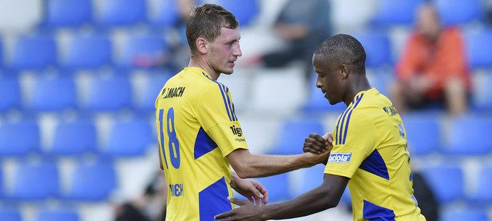 Tomáš Hájek gratuluje střelci prvního gólu Zlína Dame Diopovi v zápase proti Hradci