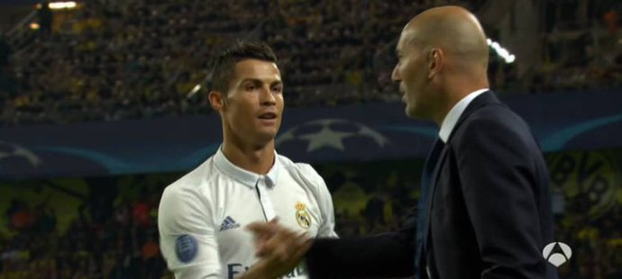 Cristiano Ronaldo si po svém gólu plácl s trenérem Zinedine Zidanem