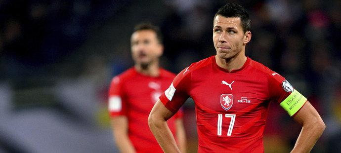 Obránce Marek Suchý s kapitánskou páskou po utkání v Německu. Češi byli porážce 0:3 v Německu zklamaní.