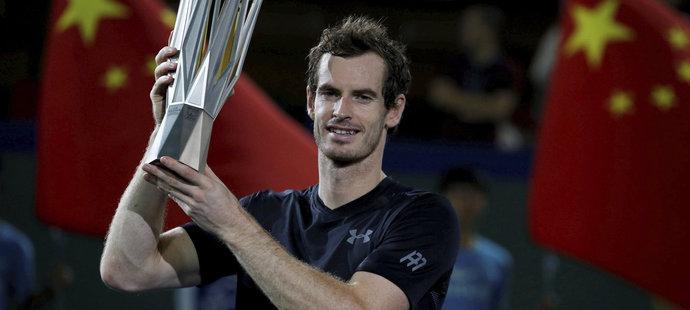 Andy Murray s trofejí za vítězství na turnaji v Šanghaji