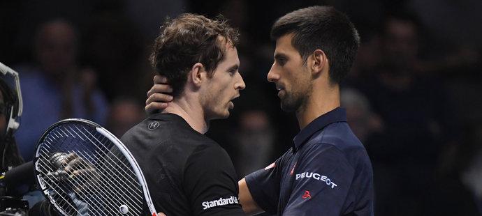 Novak Djokovič (vpravo) gratuluje Andymu Murraymu k triumfu na Turnaji mistrů