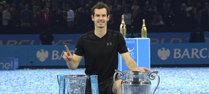 Andy Murray s pohárem pro vítěze Turnaje mistrů i trofejí pro hráče, který zakončí rok jako světová jednička