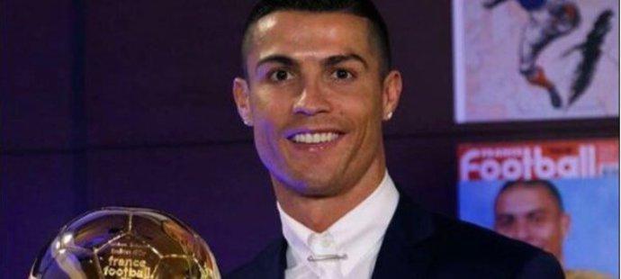Mám čtyři Zlaté míče, ukazuje Cristiano Ronaldo.
