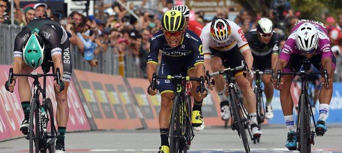 Australan Caleb Ewan si dojíždí pro první etapový vavřín na Giru d'Italia v Alberobellu
