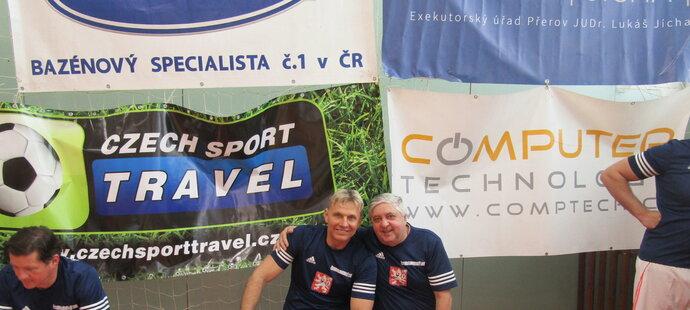Hudebník Martin Maxa s bývalým vynikajícím fotbalistou Karolem Doiášem na exhibici v Jihlavě