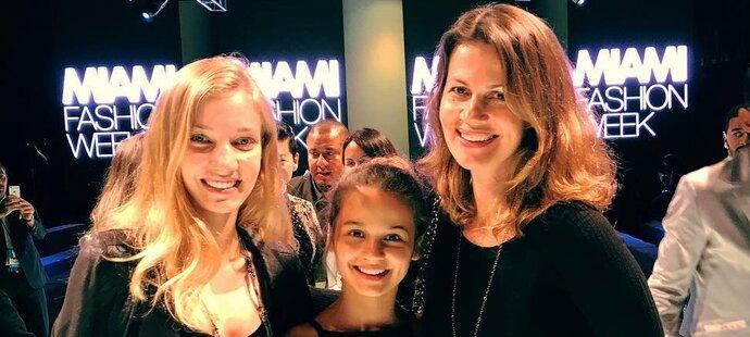 Partnerka Martiny Navrátilové se s jejich dcerami ukázala na módní přehlídce v Miami. Julii Lemigové to slušelo!