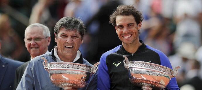 Rafael Nadal se svým koučem a strýcem Toni Nadalem a pohárem za svůj desátý vyhraný titul z French Open