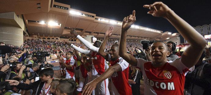 V minulé sezoně se Mbappé (vpravo) se spoluhráči radovali z vítězství Ligue 1. Bude mít stejnou možnost i v příští sezoně?
