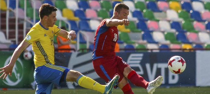 Ondřej Sašinka se snaží odehrát míč ve švédském obležení