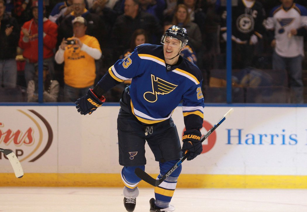 Dmitrij Jaškin se raduje z gólu za St. Louis, bude střílet další v Las Vegas?