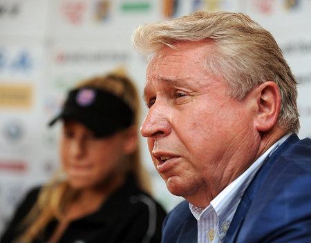 Sportovní byznysmen Černošek na tiskové konferenci