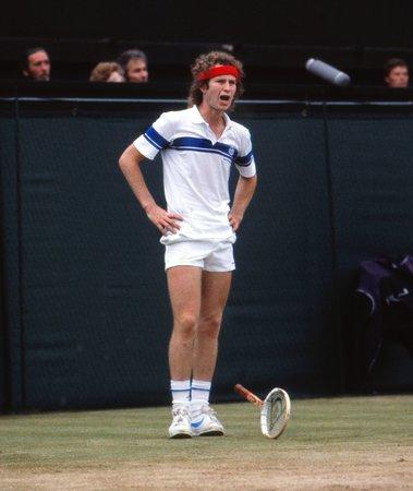 Naštvaný John McEnroe takhle házel s raketou ve wimbledonském finále 1981 proti Borgovi