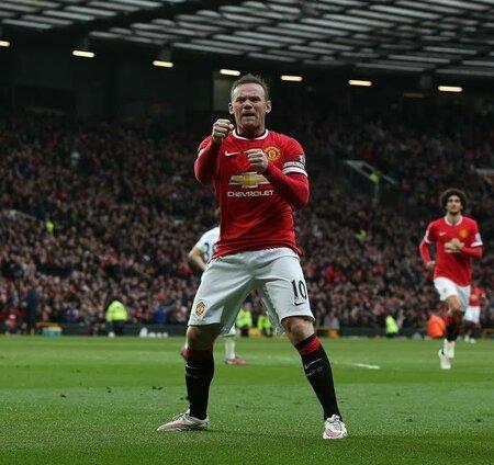 Začátek Rooneyho oslavy. Předstíral boxerské údery.