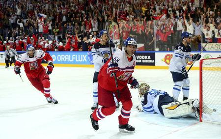 Jaromír Jágr se raduje po překonání Pekky Rinneho, vlevo za ním spěchá kapitán Jakub Voráček