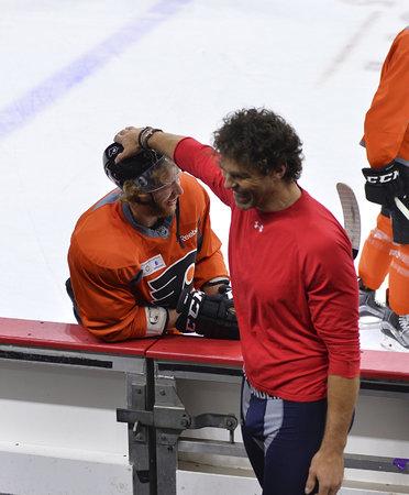 Jaromír Jágr hladí Jakuba Voráčka po helmě před jejich druhým vzájemným zápasem v sezoně