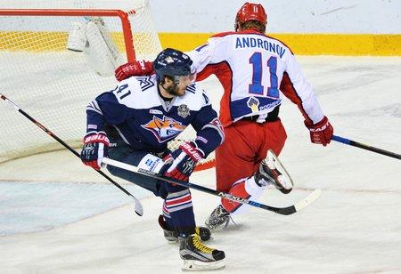 Tomáš Filippi (vlevo) z Magnitogorsku ve finále KHL proti CSKA Moskva