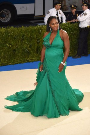 Serena Williamsová, která před dvěma týdny oznámila, že je těhotná, se v doprovodu snoubence Alexise Ohaniana objevila na tradiční společenské akci Met Gala.
