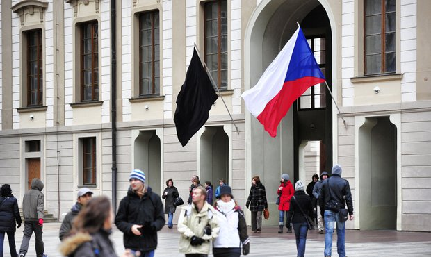 Na Hradě vlaje černá vlajka
