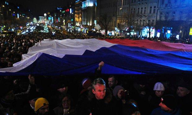 Pod vlajkou 20x10 metrů byli schovaní lidé