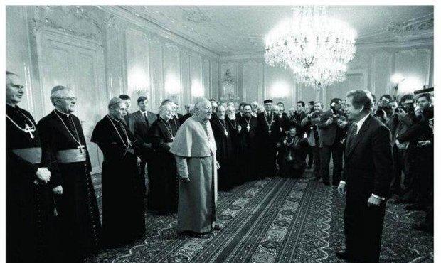 29. prosinec 1989 Pražský hrad. VH se po svém zvolení setkal s představiteli nejvýznamnějších československých církví v čele s kardinálem Tomáškem.