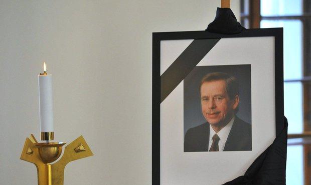 Pietní místo na Pražském hradě s fotografií exprezidenta Havla