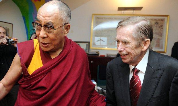 Radostné setkání dalajlamy s Václavem Havlem