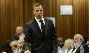 Oscar Pistorius přichází do soudní síně, kde by si měl vyslechnout rozsudek za zabití své přítelkyně