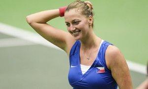 Petra Kvitová se usmívá po své výhře nad Mladenovičovou v semifinále Fed Cupu
