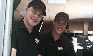 To je zlatá obsluha. Crosby a MacKinnon na brigádě, je libo kávu?