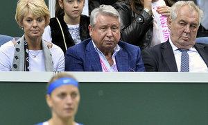 Miroslav Černošek (uprostřed vedle prezidenta Zemana) sleduje Petru Kvitovou při fedcupovém finále. Od té doby se jeho ovečka hledá.