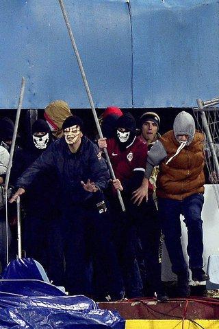 Sparťanští hooligans ozbrojení tyčemi vtrhli do sektoru fanoušků Slovanu a vyvolali hromadnou bitku, která na 40 minut přerušila zápas Evropské ligy. Ten se nakonec dohrál a Sparta vyhrála 3:0