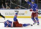 Obránce Marc Staal z Rangers se svíjí v bolestech na zemi poté, co ho do obličeje trefil letící puk.