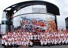 Stáj McLaren pózuje při padesátém výročí.