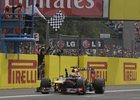 Tradiční podívaná, Vettel jako první sleduje cílový praporek.