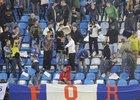 Fanoušci Baníku dávají policistům najevo svou nespokojenost házením sedaček