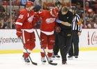 Tomáše Tatara museli z ledu po srážce s rozhodčím odvést.
