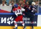 Dylan Larkin v souboji s Martinem Zaťovičem. Po MS zamířil ještě hrát AHL.
